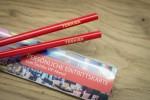 rote Essstäbchen mit Lasergravur - verwendet als Einladung zu einem VIP Event
